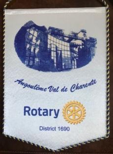 Histoire de notre Fanion Le Fanion Son graphisme est le fruit du travail de l'un des rotariens du club et les membres de Val de Charente ont souhaité que notre fanion représente l'esprit du club mais aussi qu'il soit l'image de notre ville.  Tout d'abord